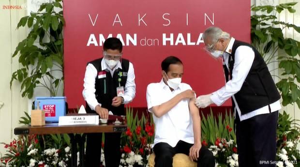 Pak Jokowi Akhirnya di Suntik Vaksin